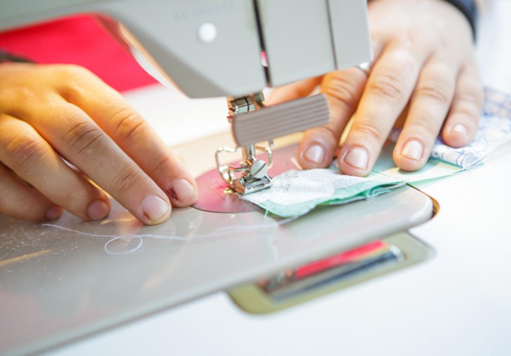 Nähen auf der Maschine in der Textilwerkstatt