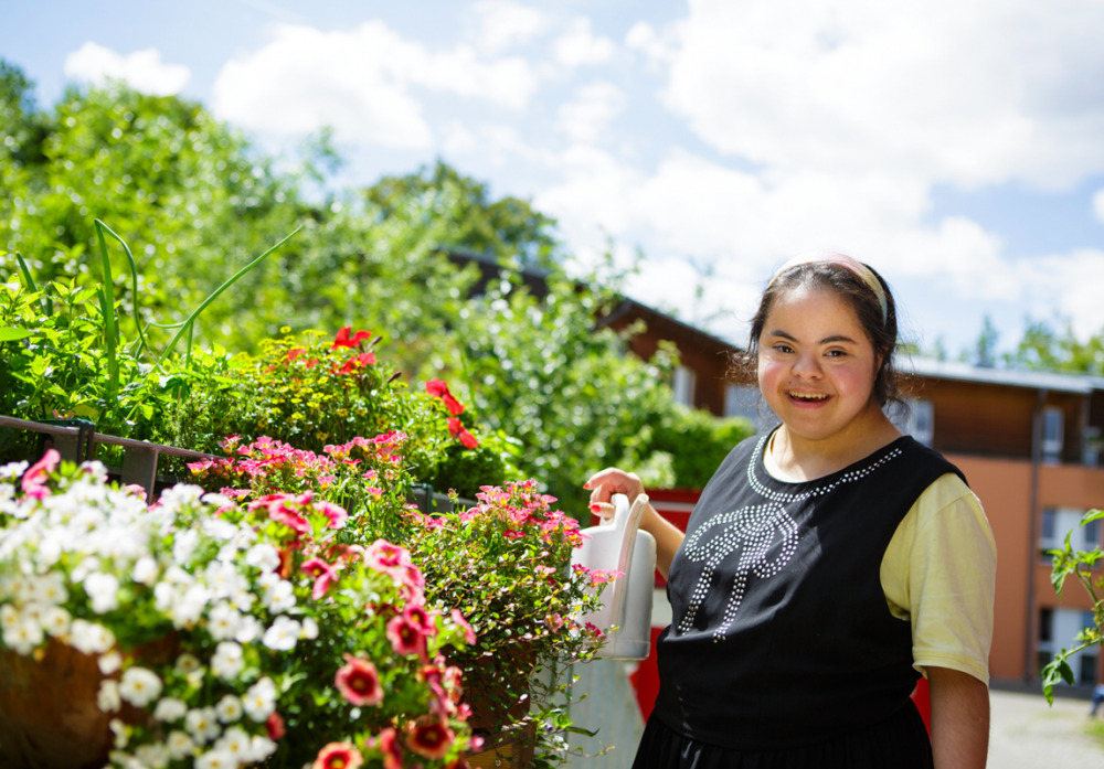 Blumen gießen am Balkon des Beschäftigungs- und Förderbereiches