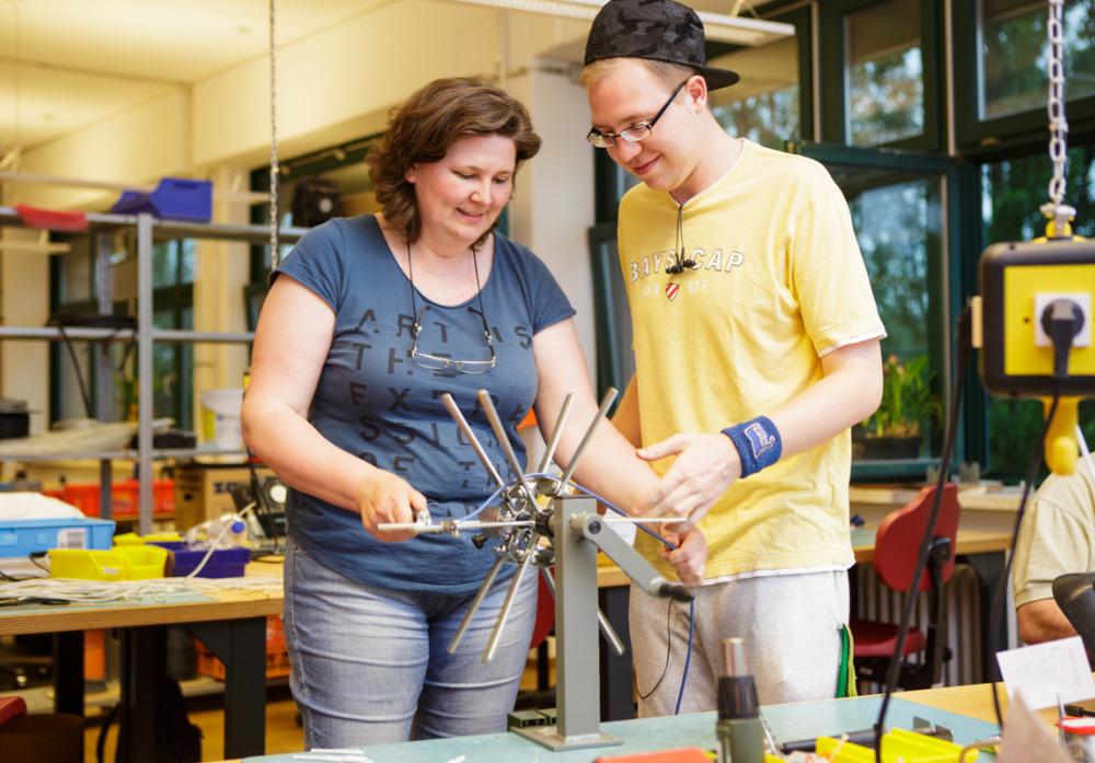 Zusammen lernen und arbeiten in der Elektromontage