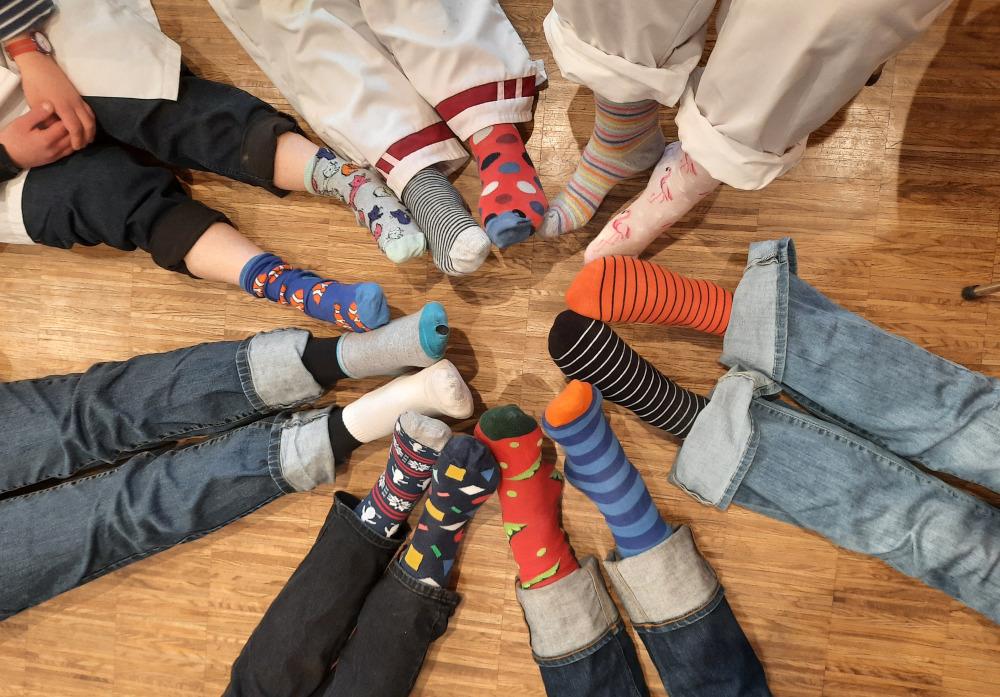 Kreis aus Füßen mit unterschiedlichen Socken